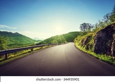 route d'été en montagne, îles Lofoten, Norvège