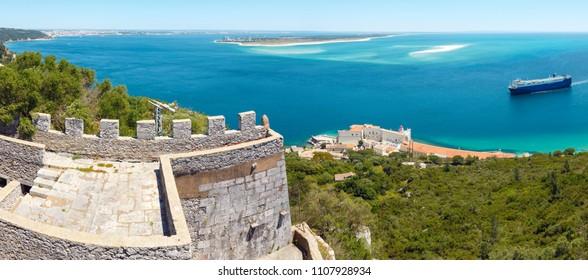 Sommermeerlandschaft des Naturparks Arrabida in Setubal, Portugal. Zwei Aufnahmen Stich Panorama.