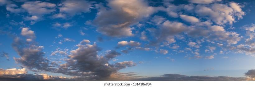Sommersonnenuntergang Himmelspanorama mit bunten Wolken. Abends dämmert gutes Wetter, natürlicher Hintergrund.