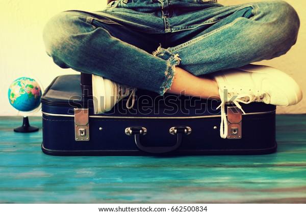 Sommerreise- und Urlaubskonzept,Junge Frau packen Koffer zu Hause