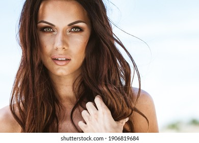 Sommerfrisches Erholungskonzept. Schöne junge sexy Frau mit Nahaufnahme Porträt am Strand. Fashion weibliches Modell Gesicht in der Nähe des Meeres.
