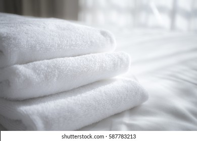 sun lights to the clean white towels on the hotel bed : feels cozy, comfort and relax. - for cozy feeling, i took with extra exposure and defocus shot.
