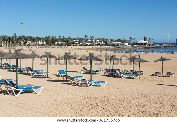 Sonnenliegen am Strand von Caleta de Fuste, Kanarische Insel Fürteventura, Spanien