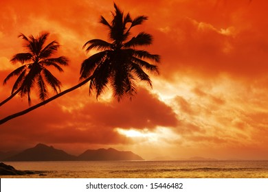 Sundown on indian ocean. La Digue island