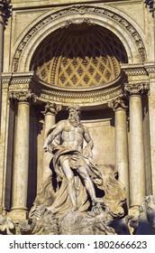 La luz del sol sobre la escultura de Neptuno en Roma