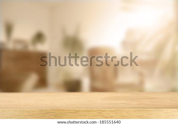 Sonnenlicht und Zimmer mit Schreibtisch