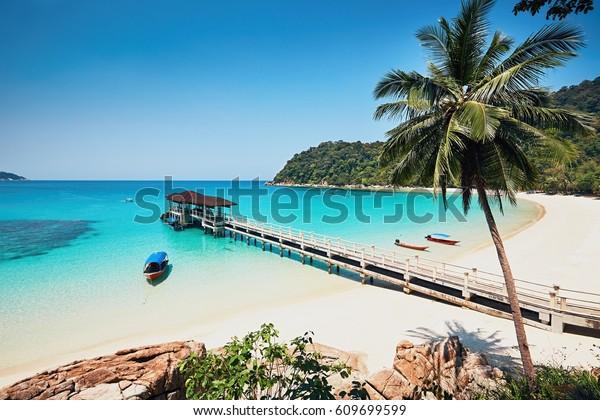 Sonnentag am idyllischen Strand. Vielleicht Inseln in Malaysia.