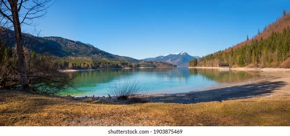 Sonniges Seeufer Walchensee, Rissbachstollen Jachenau, im Frühjahr. Oberbayerische Landschaft