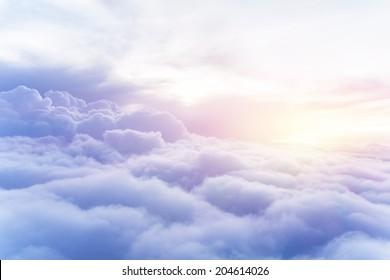 Солнечный небо абстрактный фон, красивый cloudscape, на небе, вид на белые пушистые облака, концепция свободы