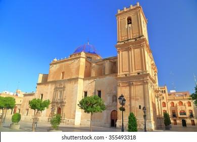 Plaza soleada cerca del edificio de la Basílica de Santa María en Elche, Alicante, España