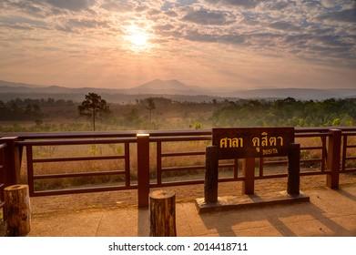 Sunrise detrás de la vista de la montaña en el mirador del amanecer de Sala Dusita, el parque nacional Thung Salaeng Luang, Tailandia: TRADUCCIÓN DE TEXTO: Dusita Stand