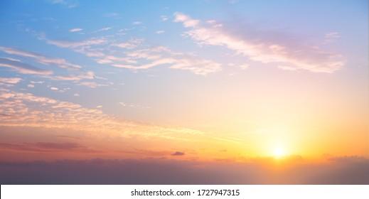 Sonnenaufgang bewölkt Himmel; Abstrakter Hintergrund des bunten Himmelskonzepts