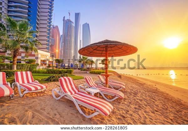 Sonnenaufgang am Strand am Perian Golf in Abu Dhabi