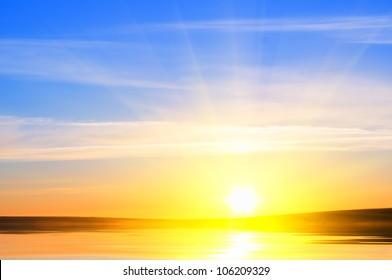 Sonnenaufgang über dem Ozean. Naturzusammensetzung.