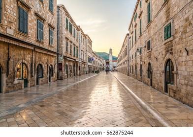Sonnenaufgang über der Stradun oder Placa (Stradon oder Corso) einmal zwischen Ragusa und Dubrava. Die einst polierte Fußgängerstraße mit Kalkstein, die um die Altstadt von Dubrovnik, Kroatien, herum gebaut wurde