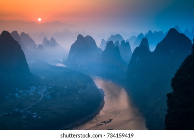 Sunrise over the Xianggong Hill in Guilin, Chinna