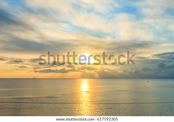 函館の日の出の海と空