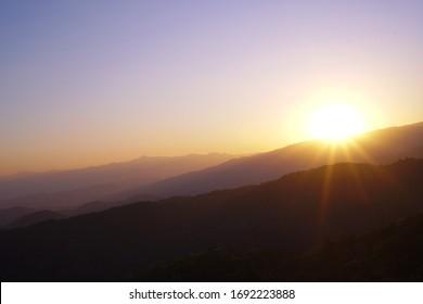 Sonnenuntergang entlang der blauen Gratwanderung in den Bergen.