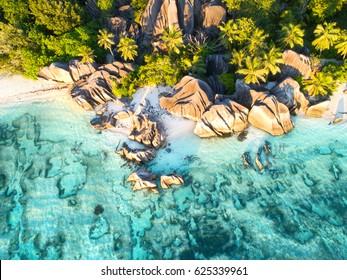 puesta de sol en la hermosa playa de Anse Source D'argent en Seychelles, foto aérea de drones