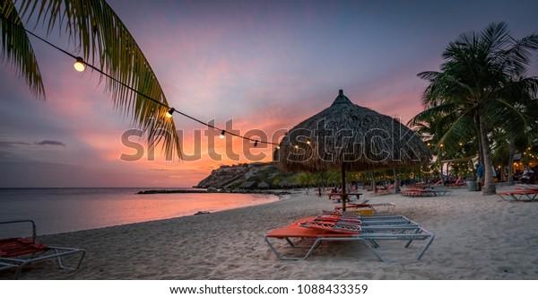 Sonnenuntergang am Strand von Blue Bay Blick auf die kleine karibische Insel Curacao