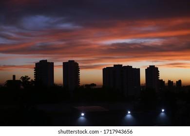 Sonnenuntergang mit buntem Himmel in der Stadt São Paulo