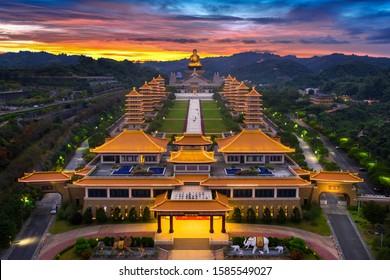 Atardecer en el templo del Buda Fo Guang Shan en Kaohsiung, Taiwán.