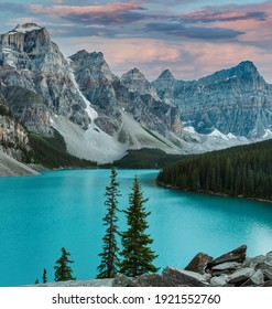 Sunset in Moraine Lake. one of the most famous lakes in the world. clear turquoise waters and beautiful mountains