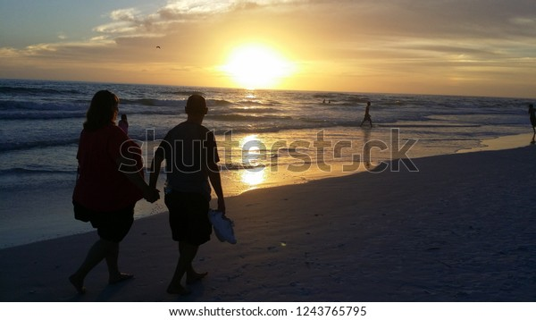 Sunset on the beach and beautiful cloudscape over the sea, Cielo sobre el mar