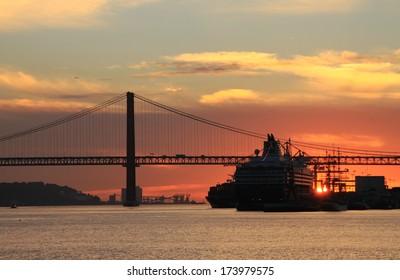 Sunset on river Tejo (Lisbon, Portugal)