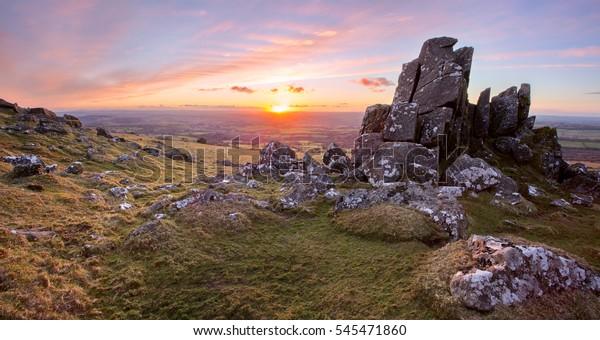 Coucher du soleil dans le parc national de Sourton Tor Dartmoor Devon Uk