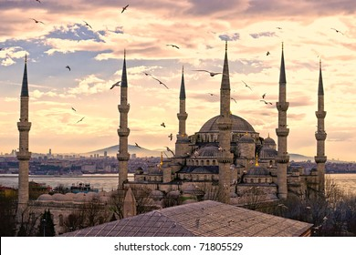 Sunset over The Blue Mosque, (Sultanahmet Camii), Istanbul, Turkey.