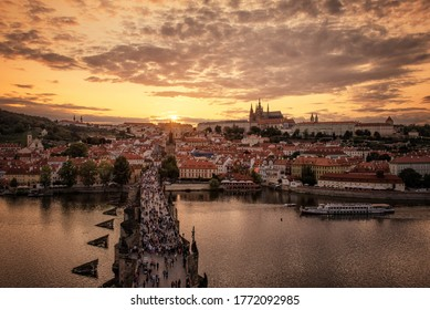 チェコ共和国プラハの橋の上の夕日