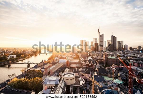 Sonnenuntergang auf der Skyline von Frankfurt
