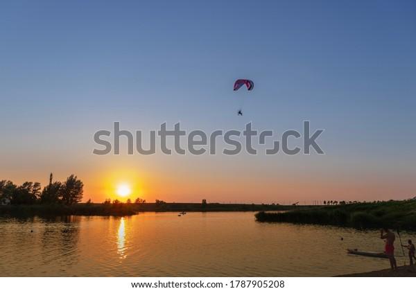 sunset-over-lake-paraglider-distance-600