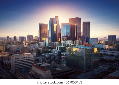Sonnenuntergang über Los Angeles im Stadtzentrum. Retro-Farben. Kalifornien Thema. LA Hintergrund. Los Angeles Stadtzentrum.