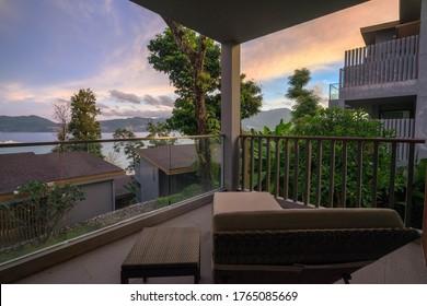 タイ・プーケットのバルコニーのビーチベッドから見た夕日