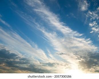 Sonnenuntergang Wolken. Frische Schattierungen des Sonnenuntergangs.
