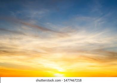 Sonnenuntergang Himmelswolken.Delikate Schattierungen des Sonnenuntergangs Himmel.