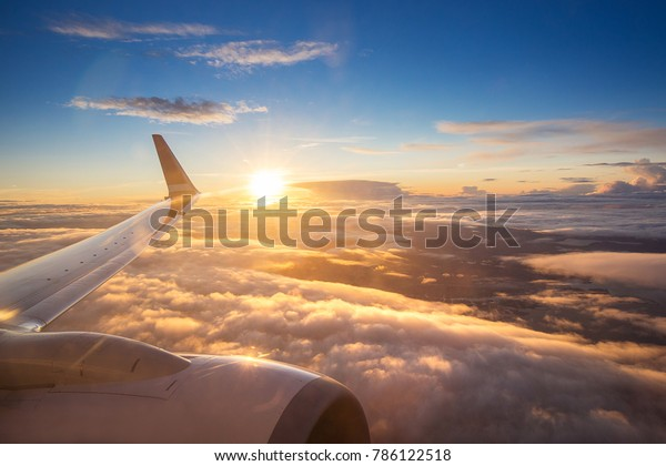 Закат небо на самолете, окно самолета, над Копенгагеном, Данией, Скандинавией, Европой в пятницу вечером полет для отдыха в отпуске