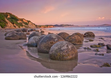 Sunset at th cost with famous rock formation of Moeraki Boulders, NZ