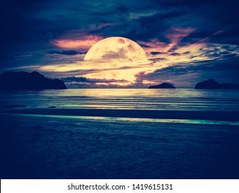 Super Mond. Farbiger Himmel mit hellem Vollmond über der Jahreszeit. Ruhe, Naturhintergrund, Outdoor am Handschuh. Der Mond nahm mit meiner eigenen Kamera.