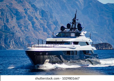super yacht underway near amalfi coast