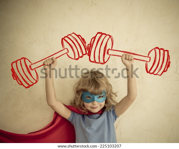 Superheld kind plezier thuis. Retro getinte