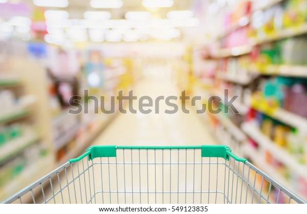 Assiette de supermarché avec fond vert panier flou
