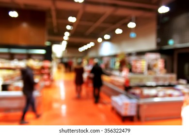 Supermarket blur background with bokeh - shoppers at grocery store with defocused lights