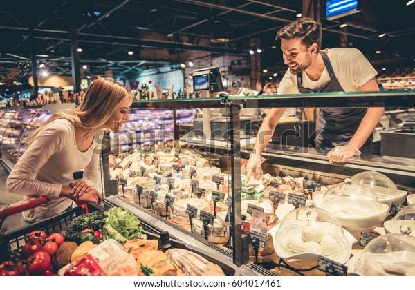 En El Supermercado Un Trabajador Guapo Foto De Stock Editar Ahora 604017461 Adrián uribe y emmanuel palomares: shutterstock