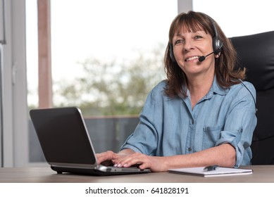 Support phone female operator in headset