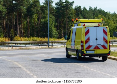 Support vehicle for a heavy transport on a parking lot on a motorway