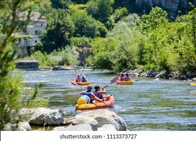 Canoë sur la rivière Ardèche près de Vallon Pont d'Arc