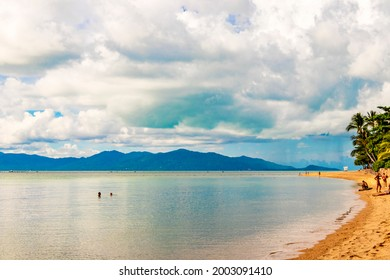 Surat Thani Thailand 25. Mai 2018 W Beach and Maenam Beach landscape panorama with clear turquoise water in Mae Nam on Koh Samui island in Thailand.